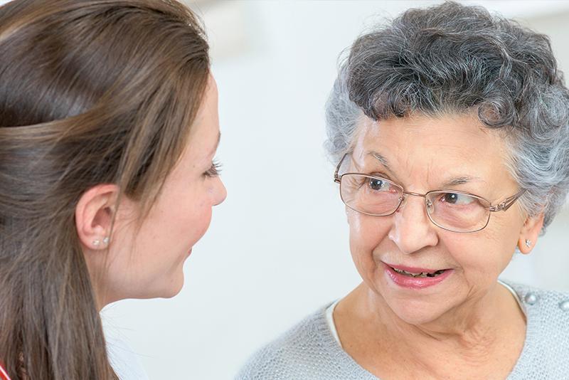 zuster praat met vrouw